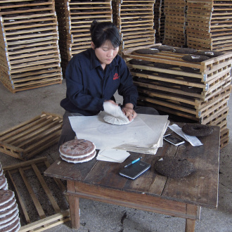 Zhaozhou_puer_tea_process_ready_cakes_paperrapping