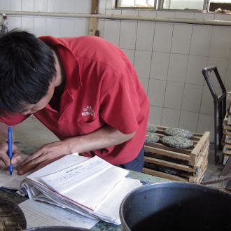 Zhaozhou_puer_tea_process_ready_cakes_paperwork